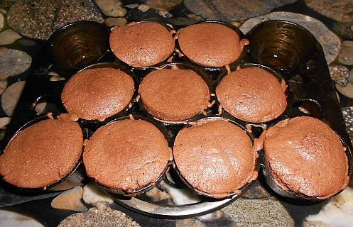 Molten lava cakes in cast iron